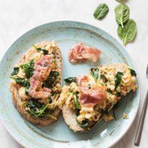 Toast met scrambled eggs en spinazie | simoneskitchen.nl